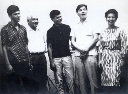 Antonio-carlos-jobim-e-dorival-caymmi-com-os-filhos-danilo-dori-e-nana-no-estc3badio-da-elenco-1964-1-f40-t25