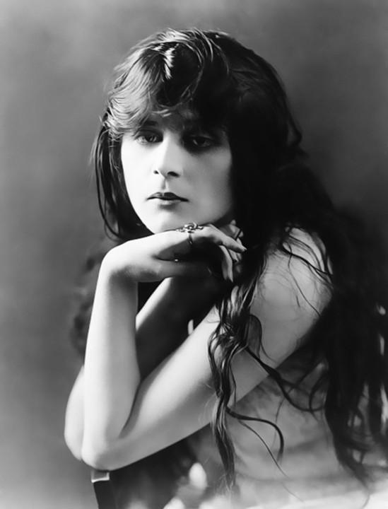 Underwood-and-underwood-theda-bara-1915-2