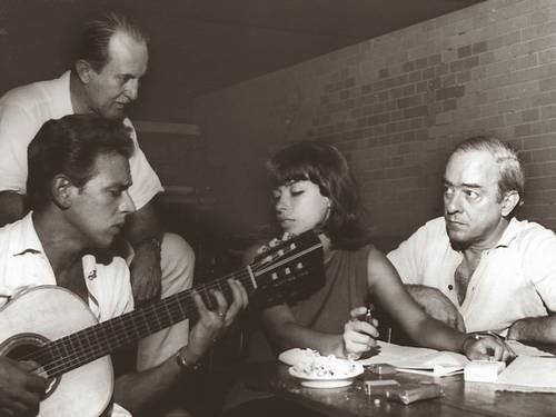 Lyra-a-esquerda-o-produtor-Aloysio-de-Oliveira-Nara-Leao-e-Vinicius-preparando-o-show-peca-virou-disco